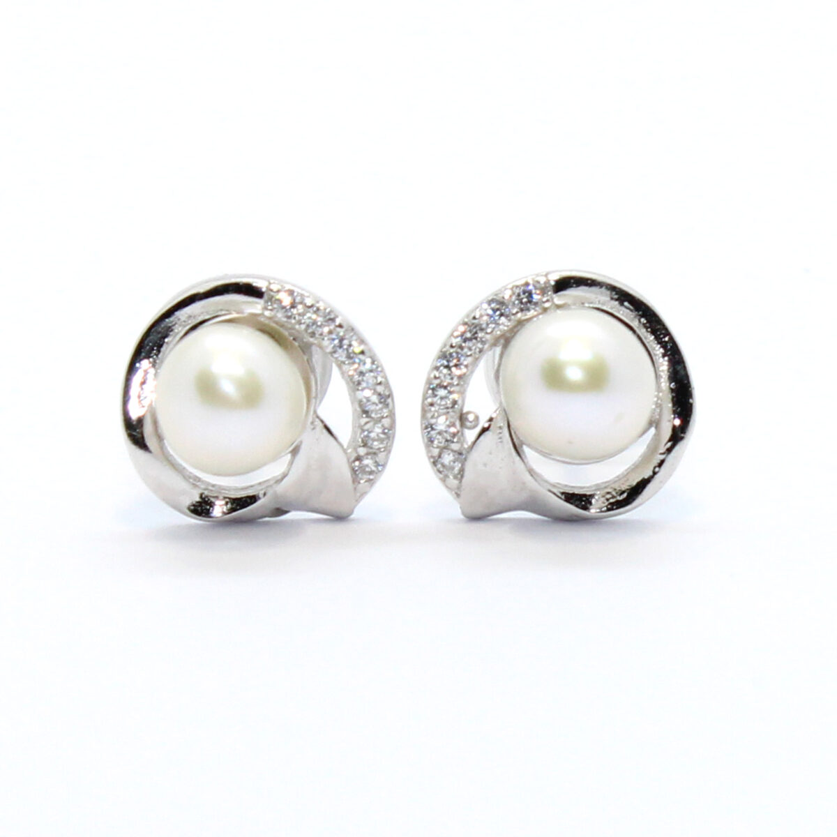 simple earrings in silver and cultured pearl
